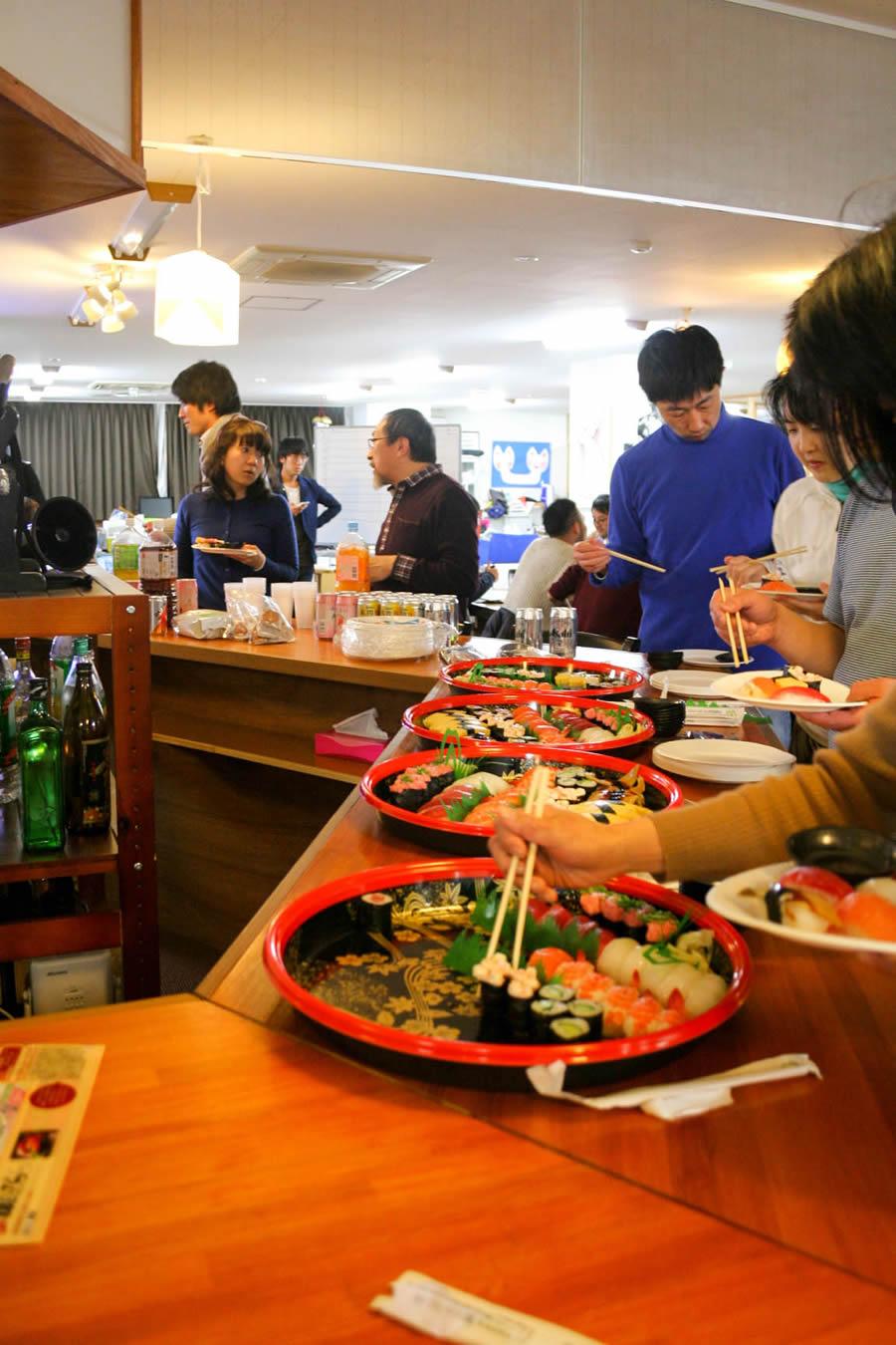 最終発表ではお酒とお寿司を楽しみながら、他のチームの発表をききました。